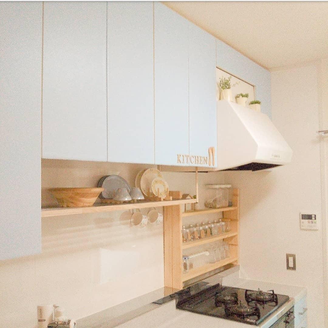 𝕜𝕦𝕣𝕦𝕞𝕚 が投稿したフォト キッチン戸棚に薄い水色の貼って剥がせる壁紙シートを貼りました 03 27 04 42 Limia リミア