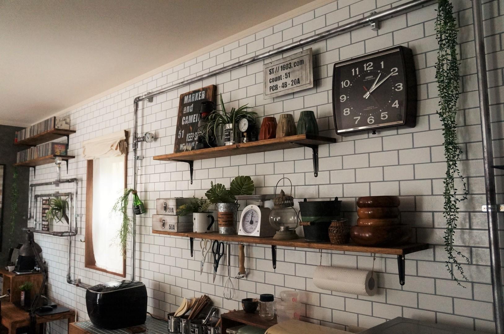 Maca Prod が投稿したフォト キッチン背面は タイル調の壁紙に貼り替えて 飾り棚を付け 奥 16 05 24 11 36 57 Limia リミア