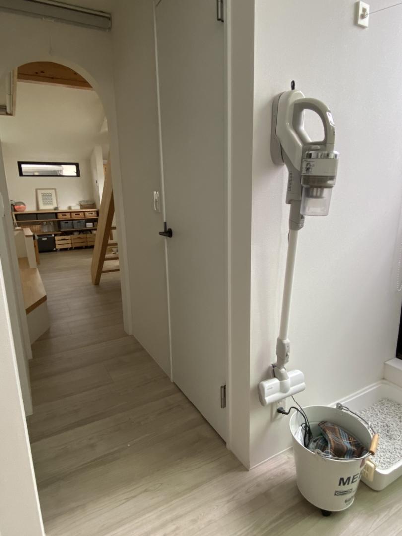住宅収納スペシャリ が投稿したフォト コードレスのスティック掃除機を 洗面の壁に引っ掛け収納 06 19 19 25 47 Limia リミア