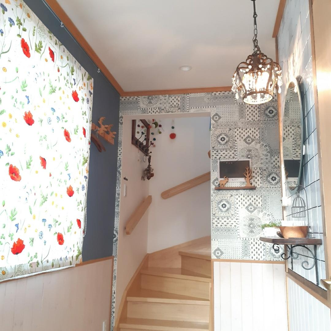 Miponappoが投稿したフォト 玄関の壁にタイルを貼った次は壁紙 タイルに合わせてグレーの 19 08 26 09 06 21 Limia リミア