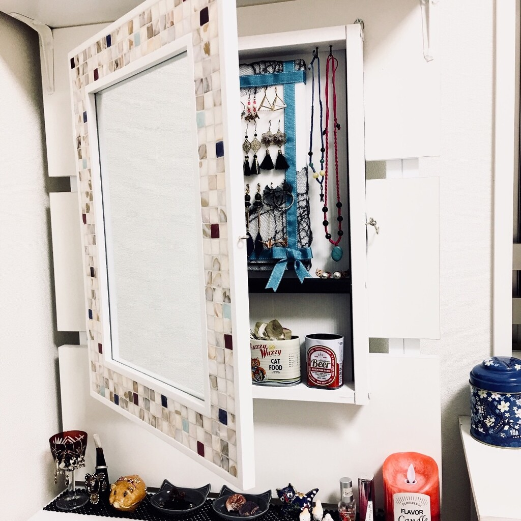 鏡の裏にアクセサリーを収納出来る棚を作りました。