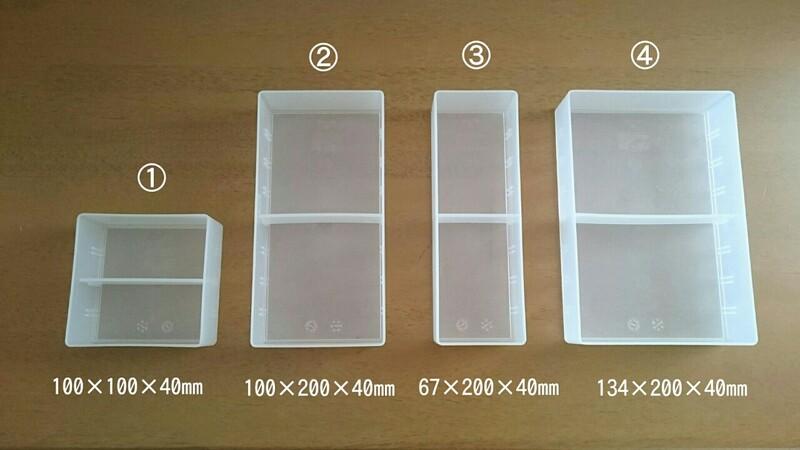 デスク内整理トレーのサイズはこちらの4展開。 それぞれ仕切板が1枚付属にあるのも嬉しいポイント♪  仕切板は別売りでも購入できるので、さらに細かく仕切って使い ...