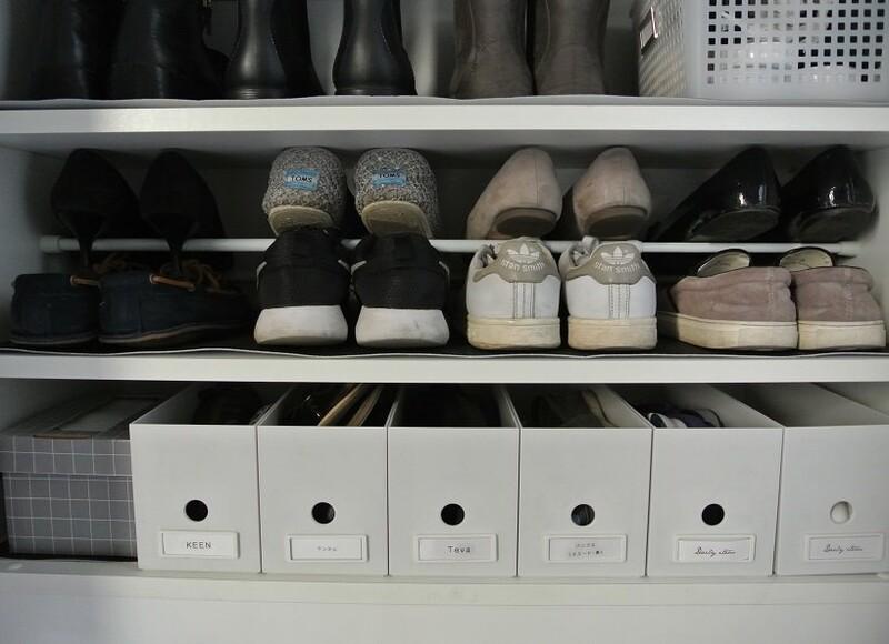 【100均】つっぱり棒2本で簡単♪靴箱の収納力が2倍に!|LIMIA (リミア)