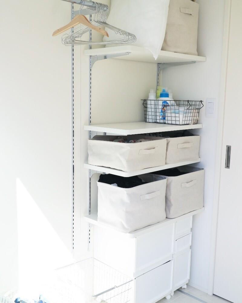 洗濯機がある反対の壁面に、収納棚があります。