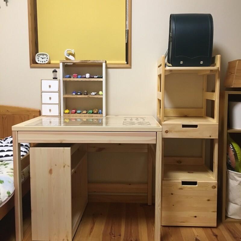 学習机もシンプルな無印のパイン材デスクを選んでいます。お部屋にずっと馴染むデザインなのがお気に入りです。 今日はそんな無印のデスクとも相性バッチリな、山善  ...