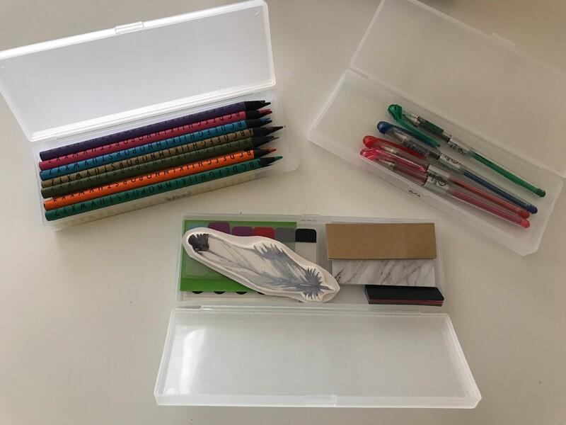 ①鉛筆・消しゴム②色鉛筆③のり・ハサミ・カッター④マスキングテープ⑤油性ペン⑥その他ペン類以上の6種類に分けて収納しています!
