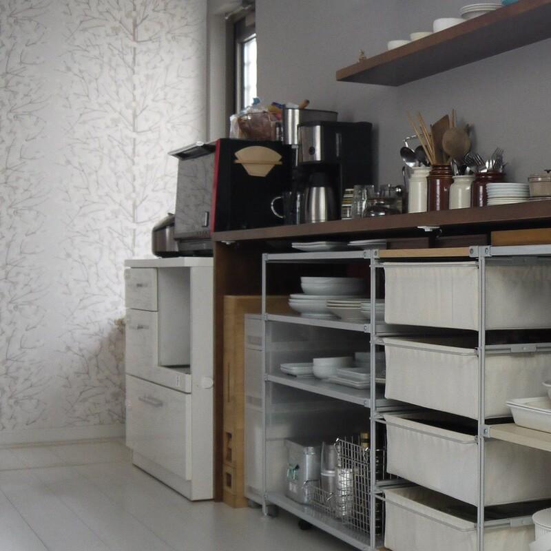 注目していただきたいのはオーブンレンジを置いてある部分。 旧宅で使用していたホワイトのカップボードをとりあえず使っていました。