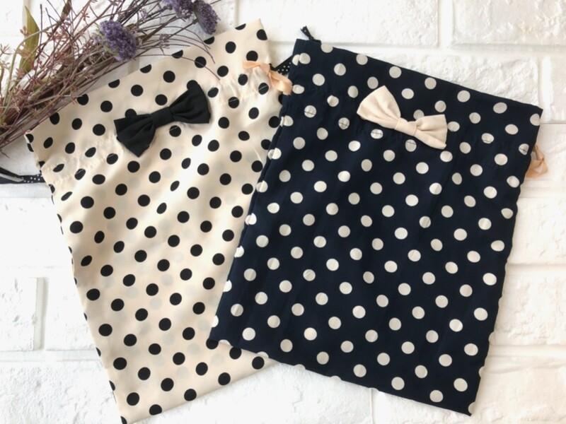 巾着袋は子どもっぽい? いいえ、そんなことはありません。こちらの《ドットリボン付 きんちゃく袋》は、ベージュ×黒と青×ベージュの組み合わせでとっても大人っぽい  ...