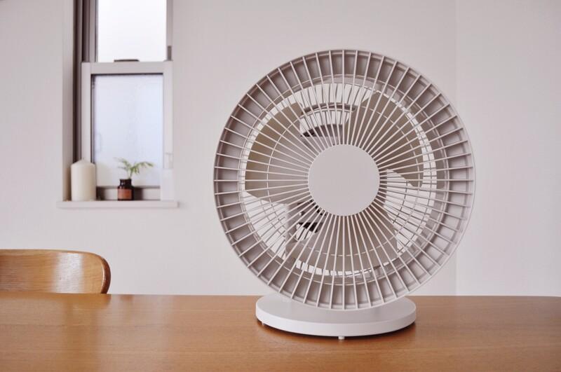 扇風機は柔らかい風が発生しますので直接肌に風を当てて涼しさを得る使い方がメイン。 半面、遠くまで風が届きにくくて夏場は扇風機の前から動けない…