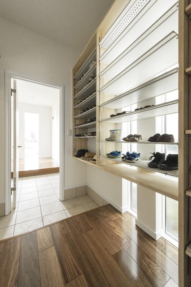 かさばる靴をスマートに収納するコツ!今すぐ実践できる玄関収納