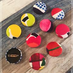 ヘアゴム/ブローチ/marimekko/雑貨/ハンドメイド くるみボタンでブローチとヘアゴム作ってみ…