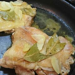 鶏肉料理/LIMIAごはんクラブ/フォロー大歓迎/わたしのごはん/おうちごはんクラブ 昨日の晩ごはん。 鶏肉にローリエとニンニ…