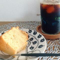 アラビア パラティッシ ブラック プレート16.5cm ARABIA Paratiisi Black | アラビア(皿)を使ったクチコミ「手作りのシフォンケーキでコーヒータイム♪…」(1枚目)