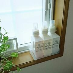 ラベルシール/洗剤ボトル/おすすめアイテム/令和の一枚/雑貨/キャンドゥ/... 洗面所小窓の引きの写真です。  真っ白の…