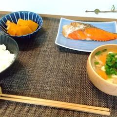 小兵さんちの食卓・ぎやまん陶 菊形浅小鉢 12cmx高さ4cm 茄子紺ブルー(固形洗剤)を使ったクチコミ「昨日の晩ごはん。 週に一回は焼き魚がメイ…」