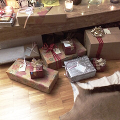 プレゼント交換/クリスマス 暖炉の前に置かれたプレゼントは全部お義父…