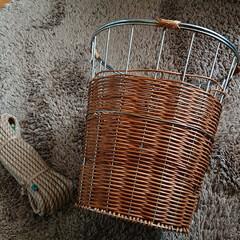 手作りというよりリメイク/ベルト/タフロープ/ジュート麻ロープ/プランターカバー/元はゴミ箱として/... 元はゴミボックスとして使ってた籐のかご。…