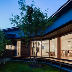 平屋/住まい/建築/インテリア/木製建具/引き戸/... 中庭を囲む住まい、夕景
