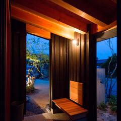 住まい/建築/注文住宅/庭/塀/ベンチ/... 大きな屋根の掛かる玄関ポーチ、雨の日や日…
