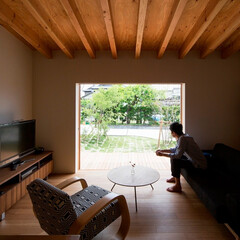 建築/住まい/インテリア/平屋/リビング/ソファ/... キッチンより庭を望む。 外部に面する建具…