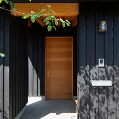 建築/住まい/インテリア/建築デザイン/注文住宅/板張り/... 玄関ポーチ 墨色の押縁板壁の外壁