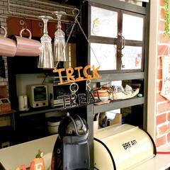 トリックオアトリート/ニコアンド/キッチンカウンター/DIY女子/ディアウォール棚/カフェ風インテリア/... DIYしたキッチンカウンター上のディアウ…