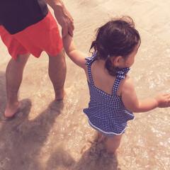 仲良し親子/手繋ぎ/パパと娘/浜辺/砂浜/海遊び/... 今月2歳になる娘。  今日は2回目の海遊…