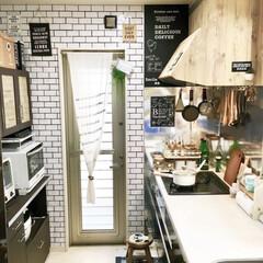 カフェ風インテリア/カフェ風キッチン/DIY女子/吊るす収納/黒板シート/リメイクシート/... キッチンDIYフォト④  キッチン壁紙は…