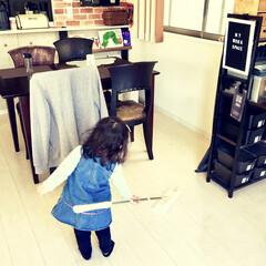 リビングインテリア/女の子ママ/こどものいる暮らし/クイックルワイパー/1歳/お手伝い/... カフェ風に壁紙や絵本棚などDIYした リ…