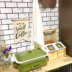 キッチン背面/カフェ風インテリア/シンプルインテリア/壁紙DIY/サブウェイタイル風/DIY女子/... キッチン背面の写真です。  学生時代はピ…