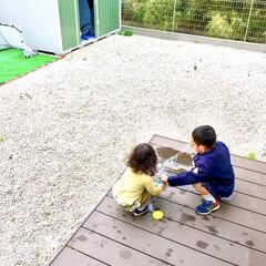 ウッドデッキ/シャボン玉/庭遊び/仲良し/兄妹/こどものいる暮らし/... 今朝の写真です。  妹を引き連れて、お庭…