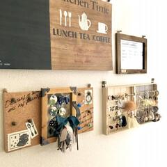 壁面ディスプレイ/ヘアゴム収納/ポニーフック/イヤリング収納/アクセサリー収納/100均DIY/... リビングの壁面ディスプレイコーナーです。…