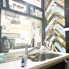 ヘリンボーン風/壁紙DIY/壁紙リメイク/カフェ風インテリア/リミアな暮らし/ダイソー/... こんにちは♪  カフェ風にDIYしたキッ…