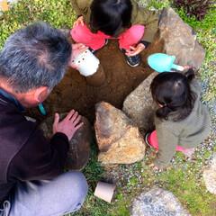 1歳/4歳/おじいちゃん/孫と/砂場遊び/砂場DIY/... 実家の庭でじいじとお砂遊びに夢中♪  こ…(3枚目)