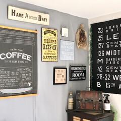 壁面ディスプレイ/ブリキボード/カフェ風インテリア/グレーインテリア/壁紙リメイク/壁紙DIY/... リビングの壁面ディスプレイコーナーです。…