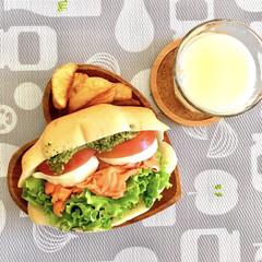 トマト/バジルソース/モッツァレラチーズ/スモークサーモン/フライドポテト/牛乳/... 昨日のお昼ごはん♡  行きつけのサンドイ…(1枚目)