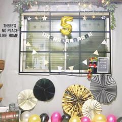 女の子ママ/男の子ママ/こどものいる暮らし/誕生日フォト/誕生日飾り/おうちフォト/... 自宅のリビングで バースデーフォトを撮っ…