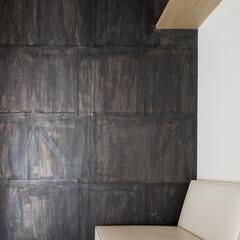 チェア/白い 壁面の仕上げには鉛をそのまま使っています。