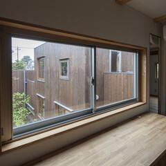 廊下/窓/庭 廊下の窓から庭を見下ろします。