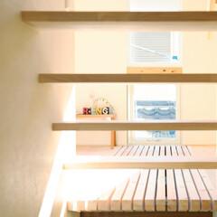 格子/階段 建物の中央にレイアウトした階段。程よく視…