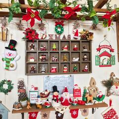 ラダーdiy/ホワイトにペイント/板壁DIY/クリスマスディスプレイ/100均/ダイソー/... リビングの板壁コーナーもXmas🎄仕様に…