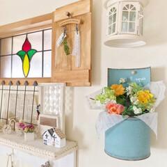 ステンドグラスの窓/フェイクフラワー/春仕様に模様替え/鉢カバー/アクアグリーン/木製扉DIY/... キッチン側のステンドグラスの窓周りを、春…