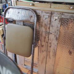 アイデア投稿もしています/DIY収納棚/DIY収納/カウンター下収納/隠す収納/折り畳み椅子リメイク/... 我が家は、見せる収納が多めですが、 カウ…