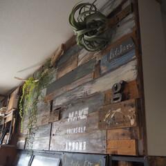フェイクグリーン/下がり壁/LDK/インスタグラムやってます/ブログ書いてます/うららかものづくりCafe/... キッチンの吊り戸棚の裏側のリビング側の下…