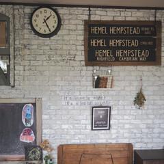 アマビエ/発泡スチロールレンガ壁/DIY/雑貨/住まい/リフォーム/... こんにちは。  我が家のリビングの壁です…