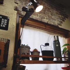 水筒/カフェ風インテリア/インスタグラムやってます/ブログ書いてます/うららかものづくりCafe/フォロー大歓迎/... キッチンの窓のところに はめ込み式の棚を…