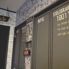 ターナー色彩 ミルクペイントforウォール(室内かべ用) 450ml ブラックペッパー MW450519(ペンキ、塗料)を使ったクチコミ「コンテナ風にリメイクした普通のドアです。…」(1枚目)