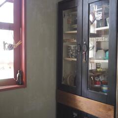 ブルックリン 風/食器棚/インテリア/キッチン/カップボード収納/キッチン収納/... 我が家のキッチン。 食器棚です。 リサイ…