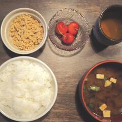 さくらんぼ/納豆/汁碗/茶碗/お皿/和食/... ある日の朝ご飯。 朝からしっかり食べると…