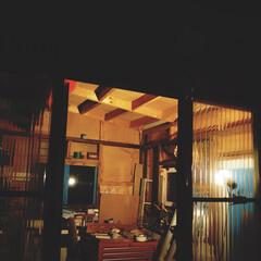 灯り/作業小屋/小屋/インテリア/DIY/建築 夜の小屋。 小屋の一面だけ透明にしたので…